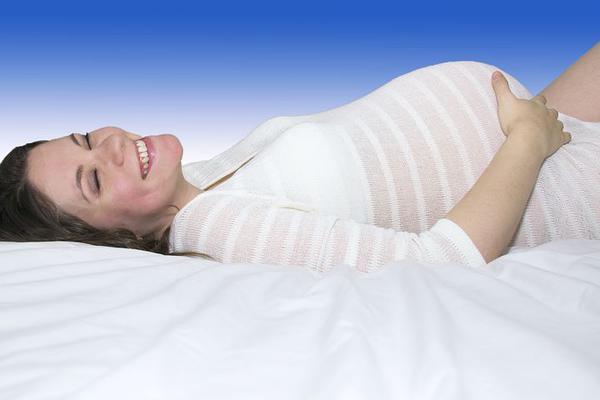 Delikatne ciążowe koszule nocne zapewniają komfort